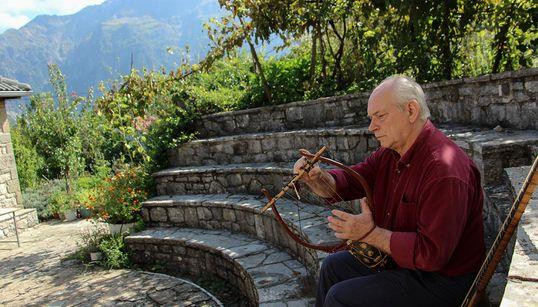 O πρώτος Ελληνας που μελέτησε, σχεδίασε και κατασκεύασε αρχαία μουσικά