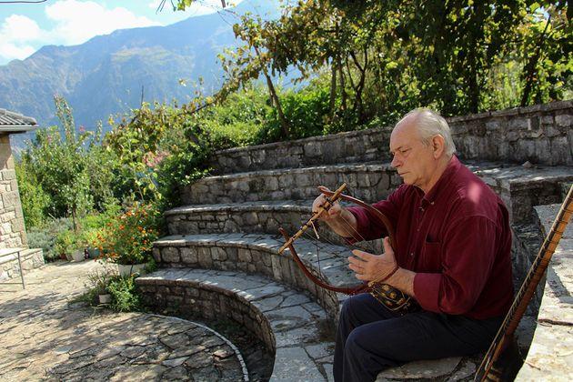 Γιώργος Πολύζος: Ο πρώτος Έλληνας που ανακατασκεύασε αρχαία ελληνικά μουσικά
