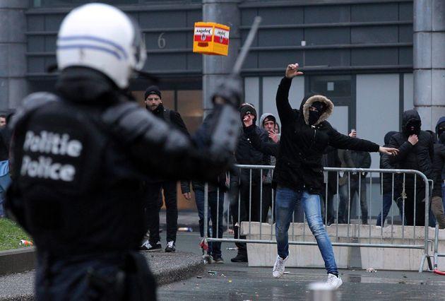 Demonstranten stoßen mit Polizisten zusammen.