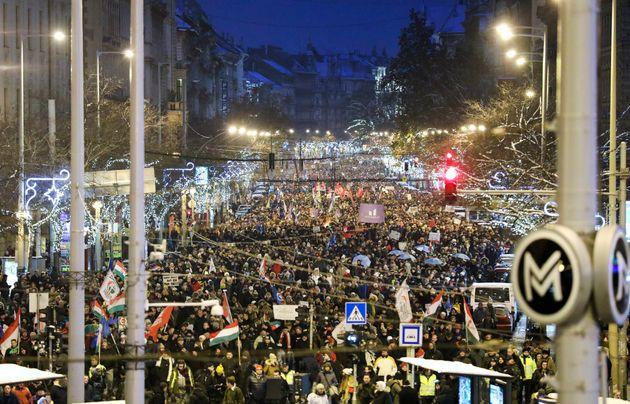 Βουδαπέστη: Χιλιάδες διαδηλωτές στους δρόμους κατά του