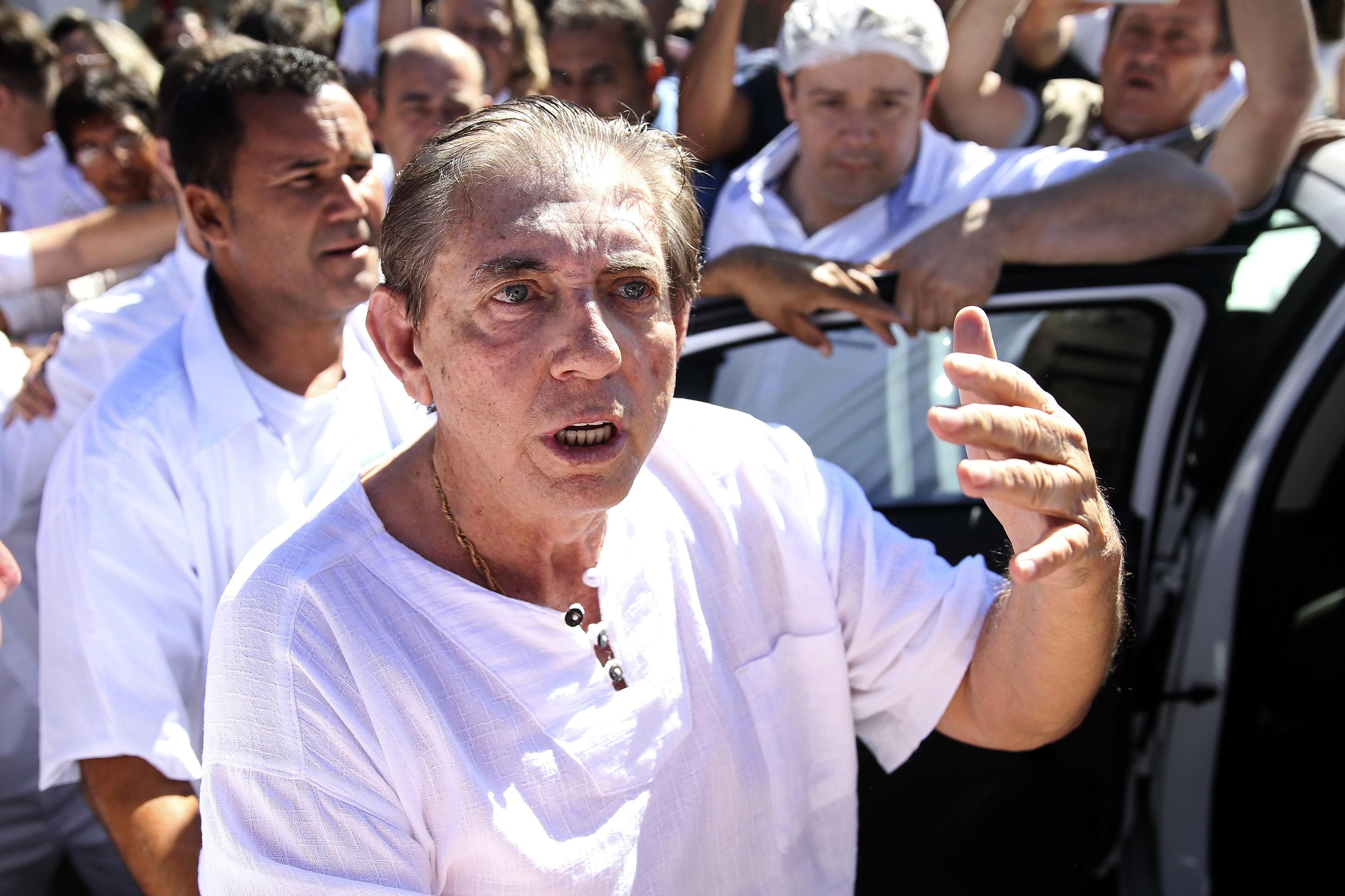 Esta foto divulgada por la Agencia Brasil muestra a Joao Teixeira de Faria, que como curandero se hace llamar Joao de Deus, al llegar a Abadiania, Brasil, el miércoles 12 de diciembre del 2018.  (Marcelo Camargo/Agencia Brasil via AP)