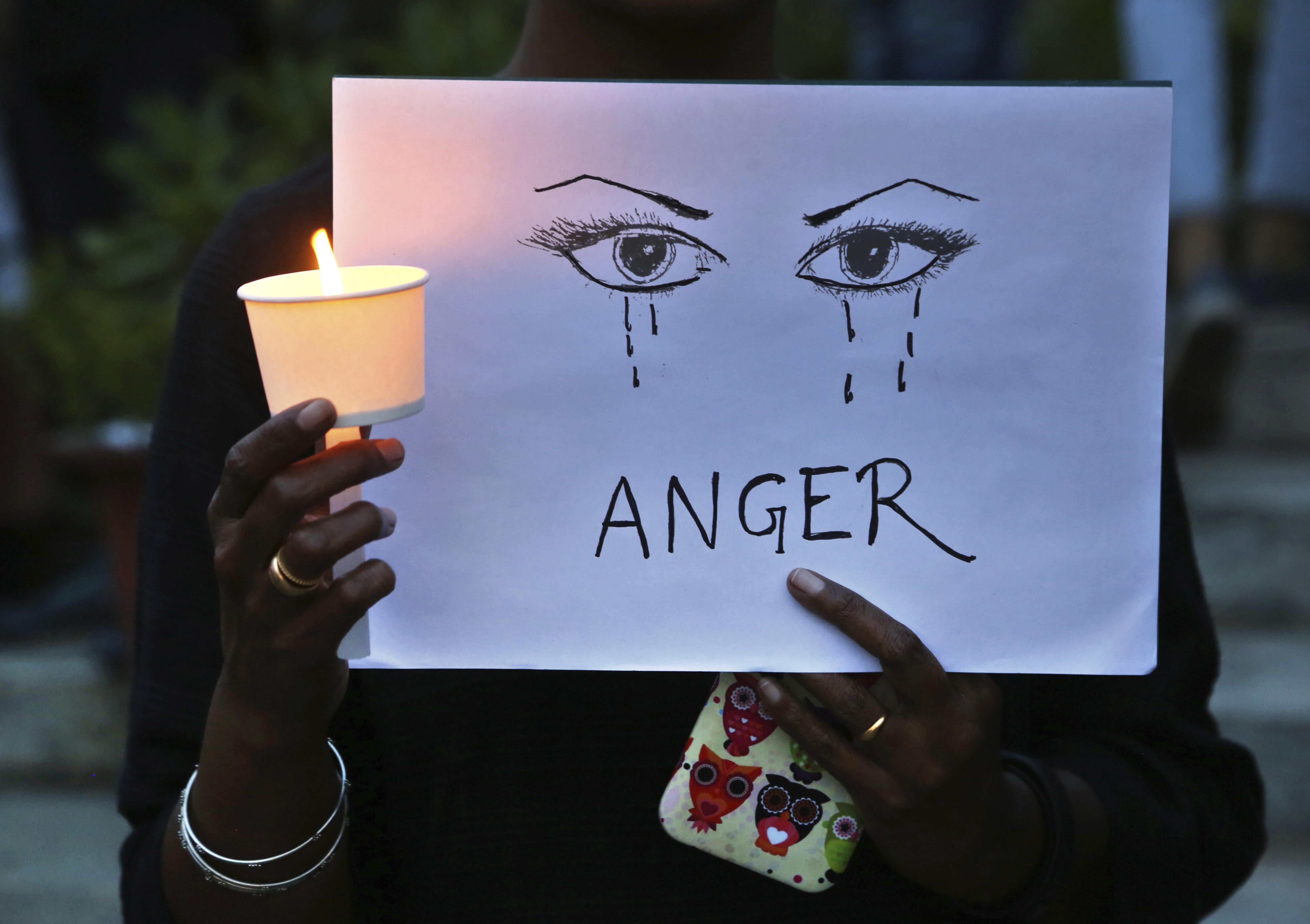 2018년 4월 16일 인도 방갈로어에서 열린 여성에 대한 성폭력을 끝내자는 시위 참석자의 모습. 이 시위는잠무와 카슈미르 주에서 남성 8명이 8세 여아를 집단 성폭행하고...