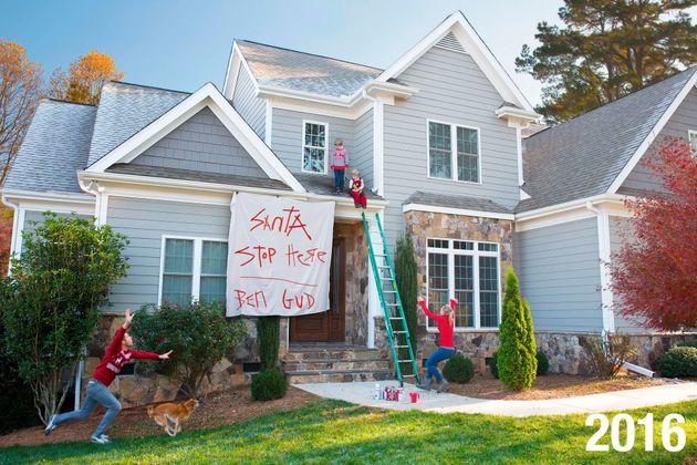 '전통적인' 가족사진 크리스마스 카드 대신 '카오스 같은' 현실을 묘사한