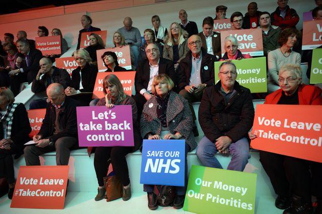 사진은 EU 탈퇴 공식 선거운동 캠프의 유세가 시작되기를 기다리는 지지자들. 영국 맨체스터, 2016년