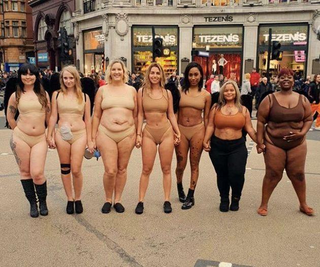 런던 빅토리아 시크릿 매장 앞에서 속옷 입은 여성들이 시위를