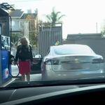 Frau will Auto tanken und scheitert kläglich –erkennt ihr den