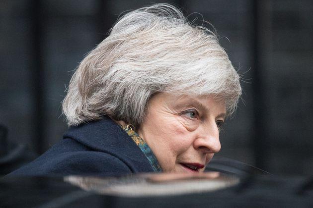 Theresa May pone en alerta al país para un Brexit sin
