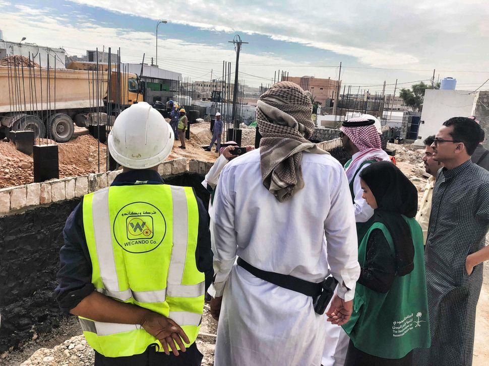 Bauunternehmer, Mitglieder des saudischen Entwicklungshilfeprogramms und lokale Sheikhs besichtigen die...