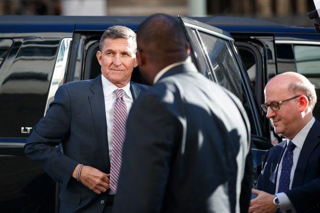 마이클 플린 전 백악관 국가안보보좌관이 차에서 내려 법정으로 향하고 있다. 2018년