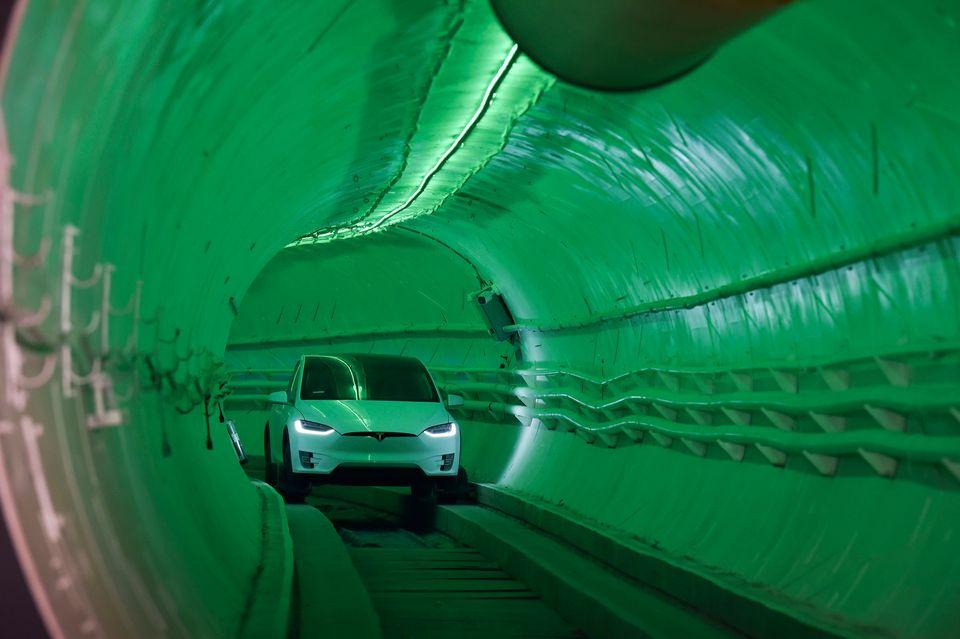 Ο Έλον Μασκ αποκαλύπτει την πρώτη υπόγεια σήραγγα που υπόσχεται να λύσει το κυκλοφοριακό