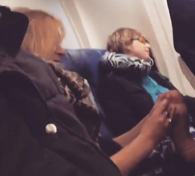 Was Frau mit ihrem schlafenden Partner macht, sorgt im Flieger für