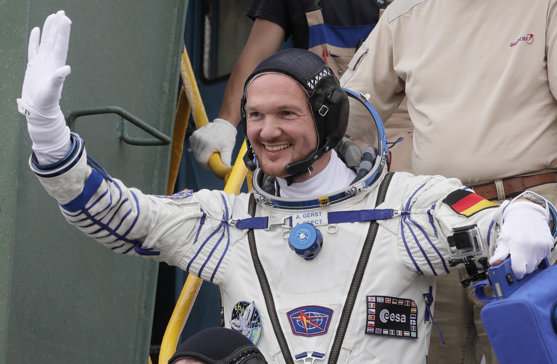 Der deutsche Astronaut AlexanderGerstwinkt vor dem Abflug zur Raumstation ISS.