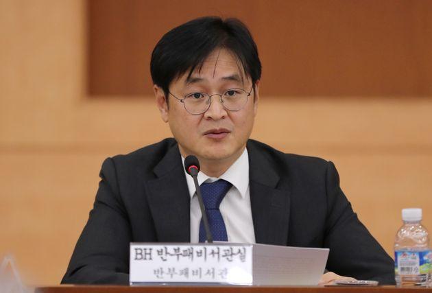 박형철 청와대 반부패비서관은 지난 19일 언론 브리핑에서민간인 사찰 논란이 빚어질 수 있는 보고는 김태우 수사관이 누구의 지시도 없이 스스로 판단해 올린 것이라고