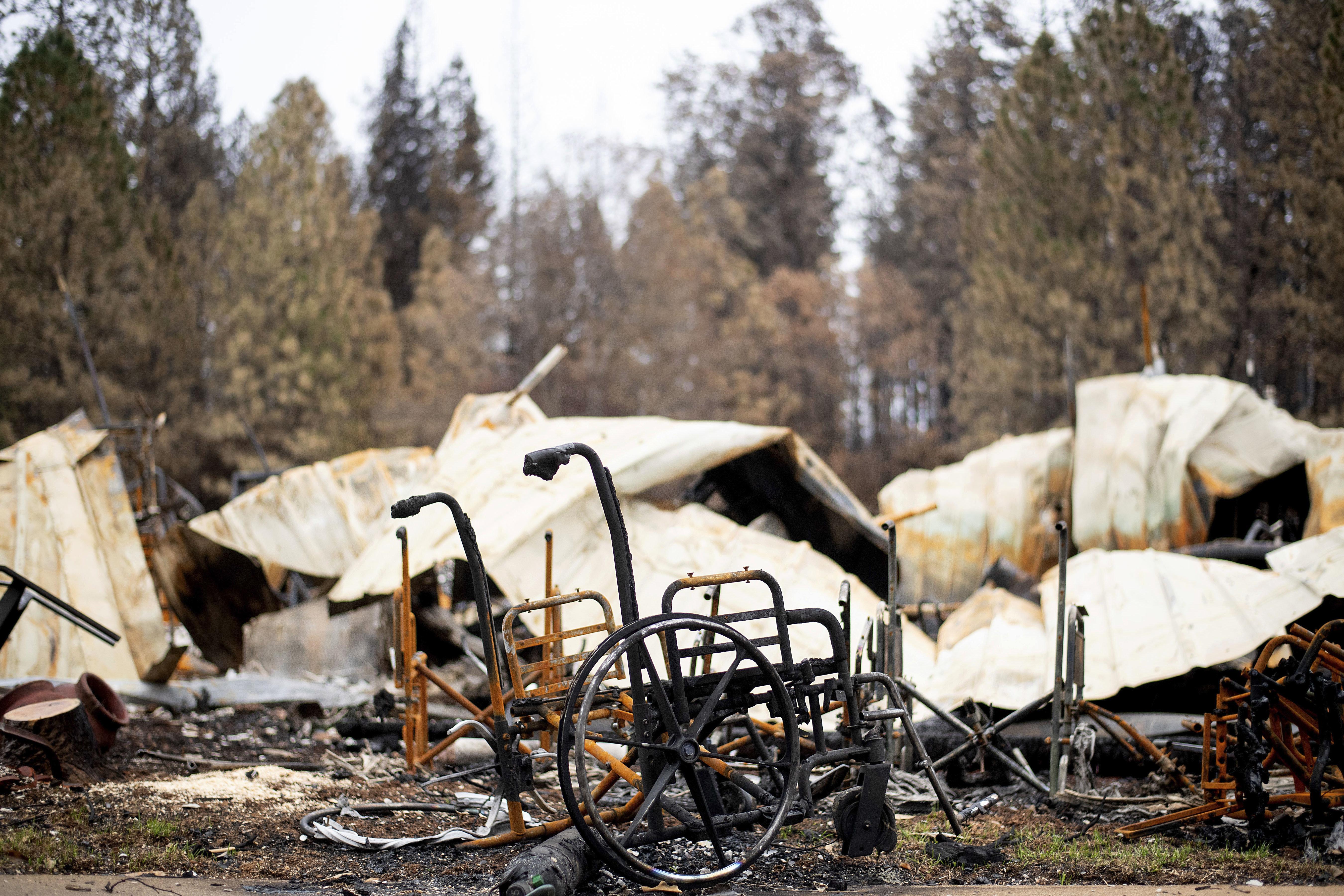 La foto muestra sillas de ruedas quemadas frente al hogar para convalecientes Cypress Meadows Post-Acute, destruido por un incendio, en Paradise, California, 4 de diciembre de 2018. (AP Foto/Noah Berger)
