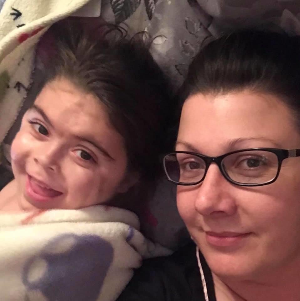 Mädchen darf wegen seltener Krankheit nicht reisen – Mutter hat süße