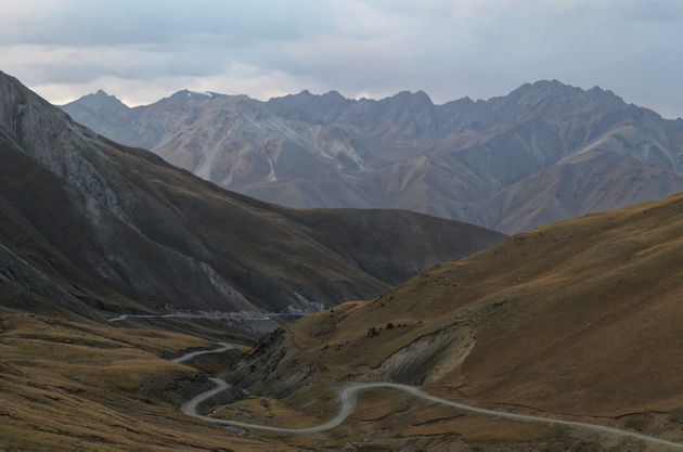 Die langen, gewundenen Bergstraßen - einige Tagesreisen auf dem Pferd dauert es vom DorfCholpon zum Songköl.
