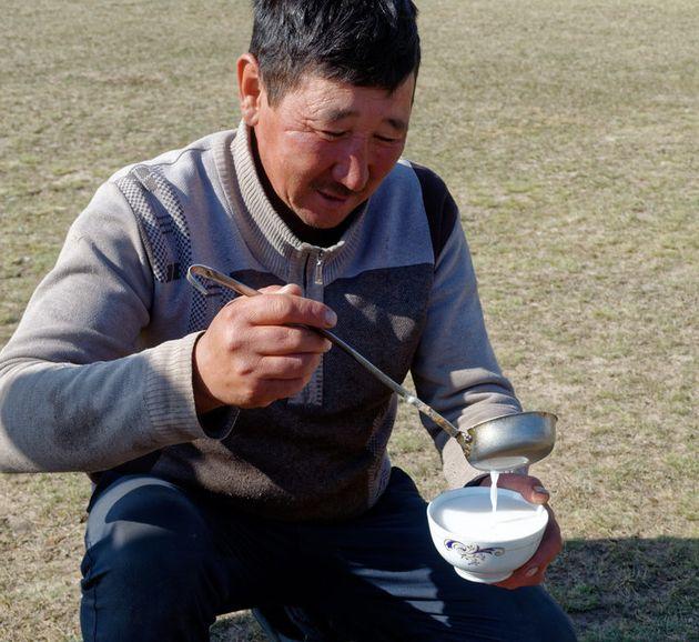 Kumis, fermentierte Stutenmilch, ist Kirgistans Lieblingsgetränk.