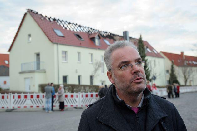 Der ehemalige Tröglitzer Ortsbürgermeister Markus Nierth vor dem abgerannten Haus, in dem ursprünglich...