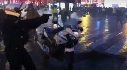 Βίντεο δείχνει αστυνομικό να τραβά όπλο κατά διαδηλωτών με «κίτρινα γιλέκα» στη