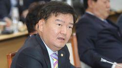 거리에 침을 뱉은 민경욱 의원이 지역 주민과 말다툼을 벌이고