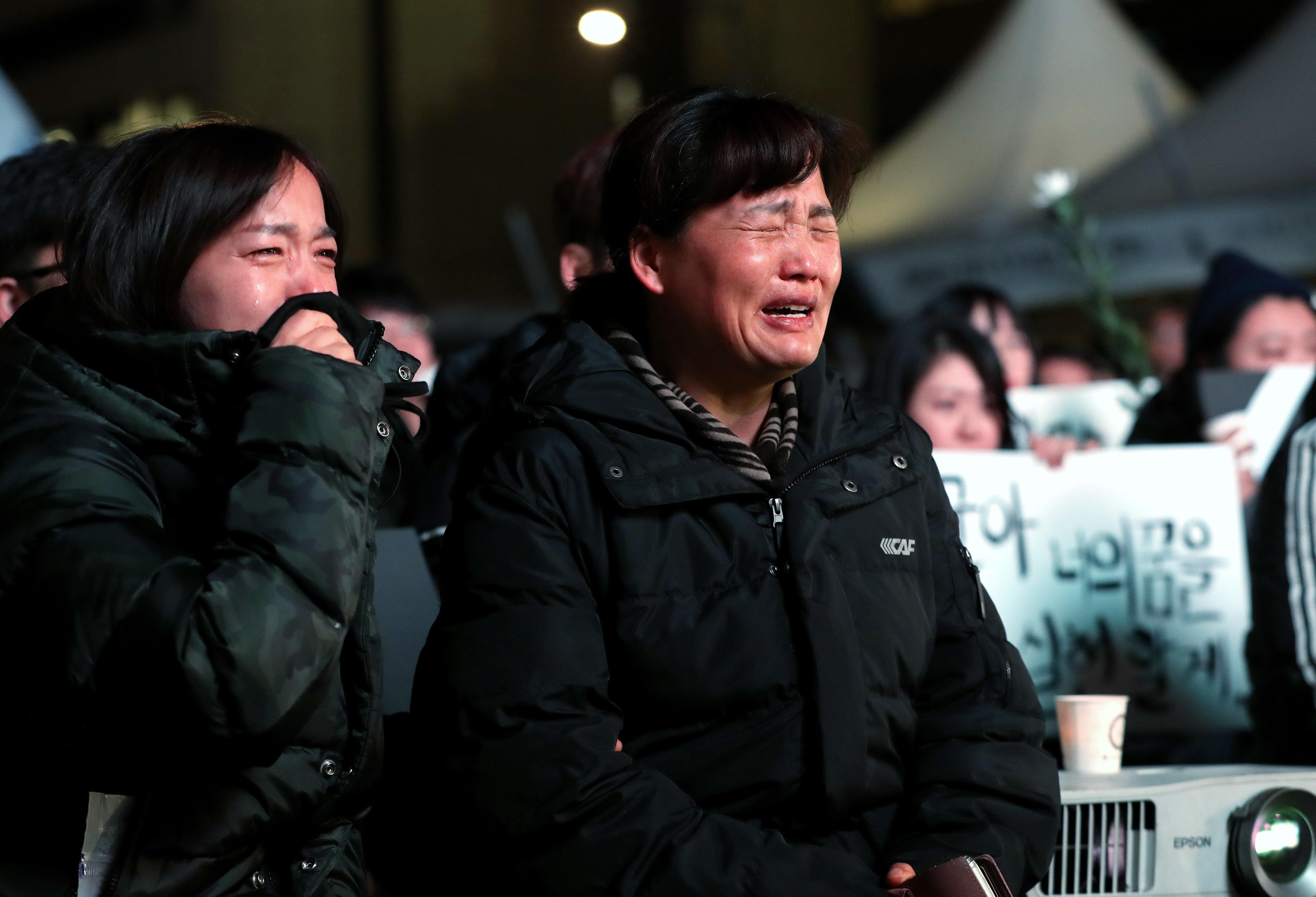 지난 19일 저녁 서울 광화문 광장에서 열린 태안화력 비정규직 노동자 고 김용균씨 촛불추모제에서 고인의 어머니 김미숙씨가 아들 영상을 보며 오열하고