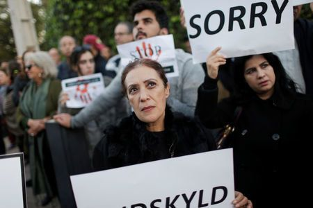 En images: Sit-in de recueillement devant les ambassades de Norvège et du Danemark en hommage aux victimes