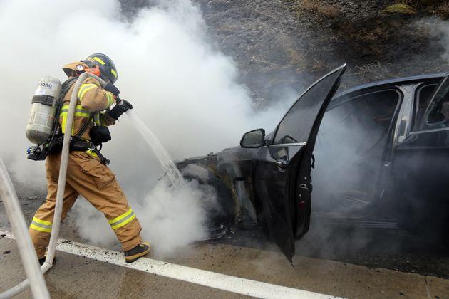 지난 8월20일 오후 경북 문경시 불정동 중부내륙고속도로 양평방면에서 달리던 BMW 승용차에서 화재가 발생해 119대원이 진화에 나서고