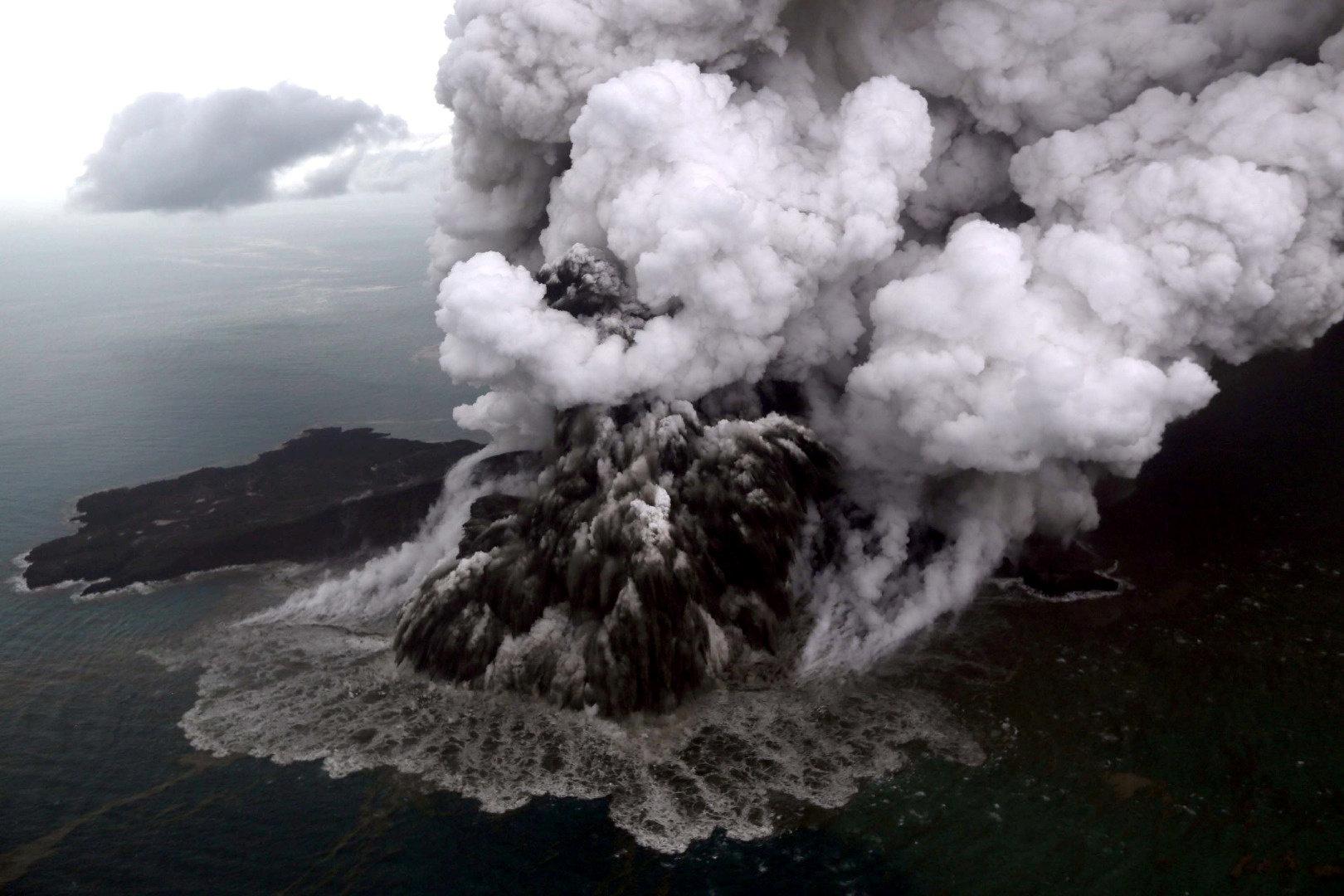 인도네시아 크라카타우 화산 분출 쓰나미 사망자수가 222명으로