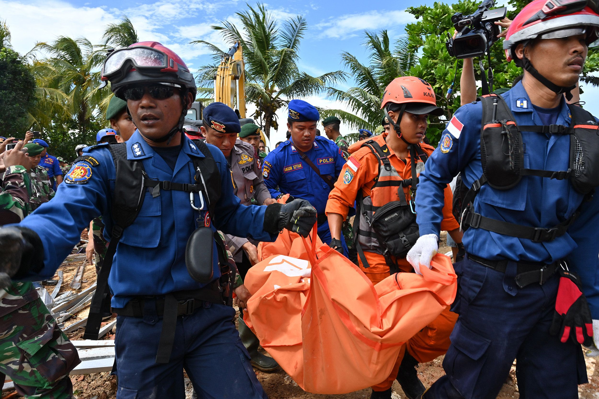 Members of an Indonesian search and rescue team carry a body bag taken from the Villa Stephanie accommodation in Carita in Banten province on December 24, 2018, two days after a tsunami - caused by activity at a volcano known as the 'child' of Krakatoa - hit the west coast of Indonesia's Java island. - The death toll from the volcano-triggered tsunami in Indonesia has risen to 281, with more than 1,000 people injured, the national disaster agency said on December 24, as the desperate search for survivors ramped up. (Photo by ADEK BERRY / AFP)        (Photo credit should read ADEK BERRY/AFP/Getty Images)