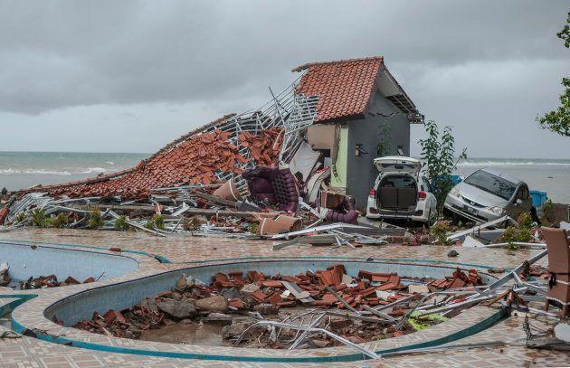 Les débris d'une maison ravagée par le tsunami à Carita, en Indonésie, le...