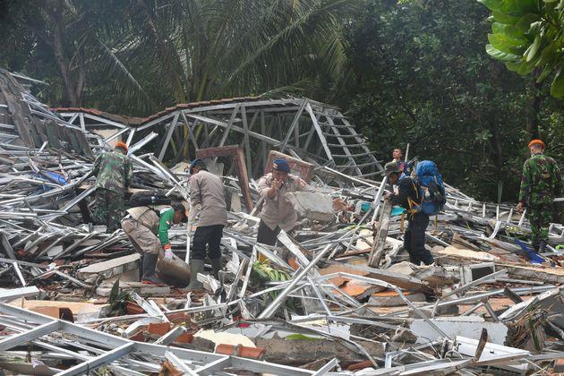 Tsunami en Indonésie: recherche de survivants, le bilan grimpe à 281