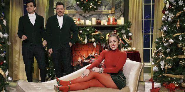 Η Μάιλι Σάιρους τραγούδησε το «Santa Baby» με μια φεμινιστική