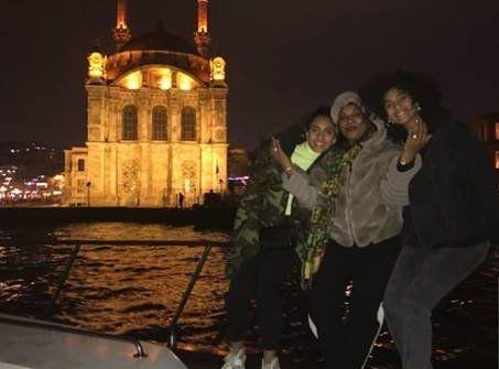 Arrivée à Istanbul, Imaan Hammam découvre une belle