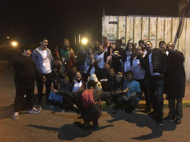 Les bénévoles de Jood ont pris le temps de faire une photo avec les mineurs et jeunes sans-abris....