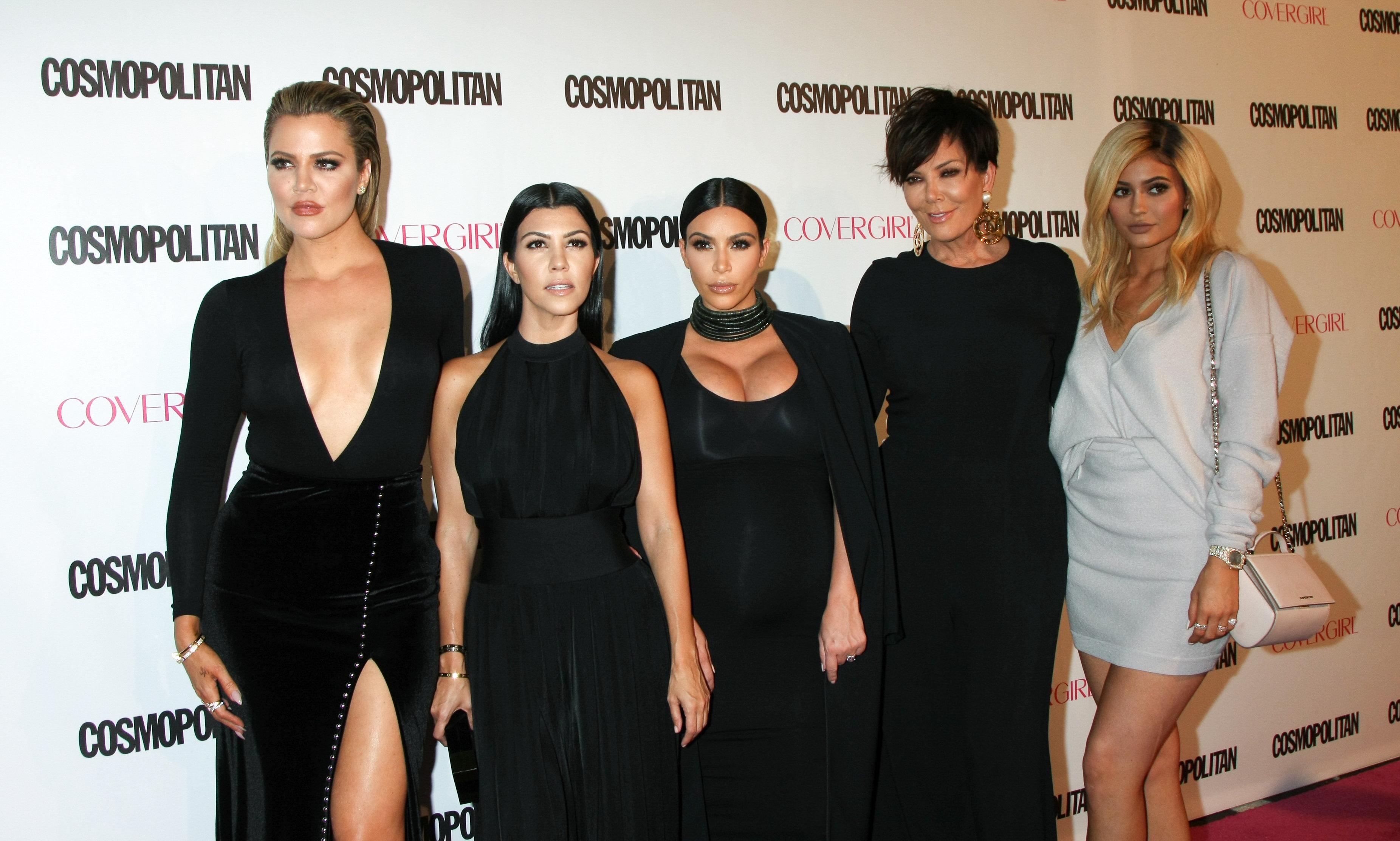 """Malas noticias para el clan Kardashian-Jenner: una compañía ha presentado una demanda en contra de la famosa familia, según reporta TMZ. La Agency for the Performing Arts (APA), que ofrece servicios y maneja contratos paracompañíascomo los hoteles Marriot y la marca de autos Lamborghini, afirma que en el 2009 llegó aun acuerdo verbal con Kim,...  <a rel=""""nofollow"""" href=""""https://varietylatino.com/2016/gente/noticias/demandan-clan-khloe-kourtney-kim-kardashian-kendall-kylie-jenner-agency-for-the-performing-arts-252144/"""" title=""""Read Demandan al clan Kardashian-Jenner"""">Read more »</a>"""