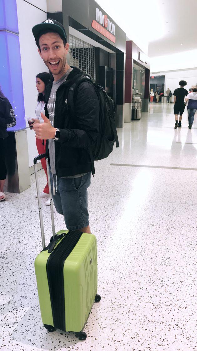 Adam en el aeropuerto, con nuestro equipaje antes de ir a otra