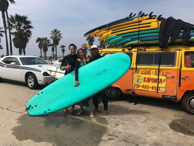 Adam y yo en Los Ángeles, una ciudad en la que vivimos el pasado invierno, surfeando cuando cumplí...