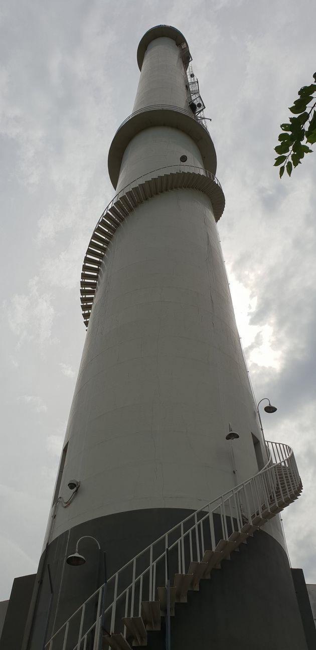고공농성을 벌이고 있는 열병합발전소의 굴뚝