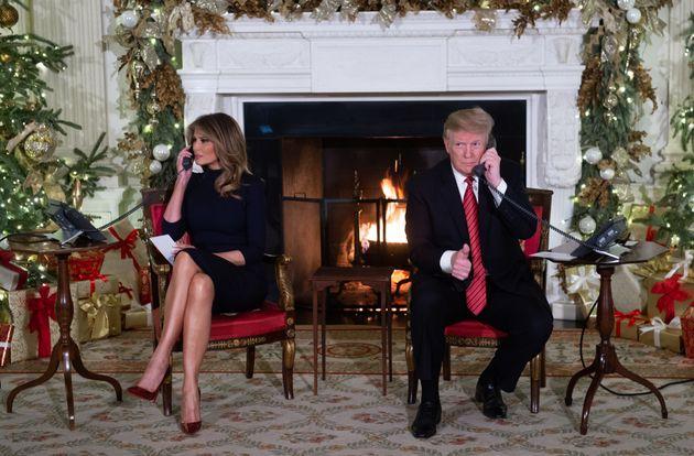 Melania und Donald Trump nehmen Anrufe von Kindern entgegen.