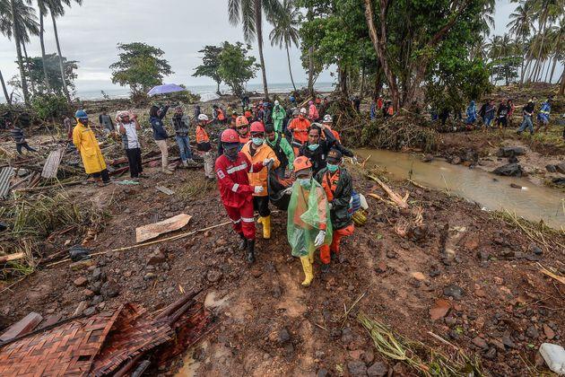 인도네시아 쓰나미 사망자수가 400명을