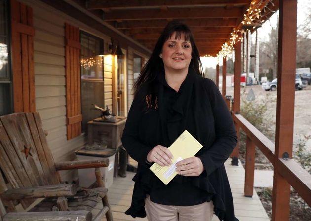 텍사스에 사는 리건 아데어가 'RIP 의료비 채무'가 보낸 편지를 들고 있다.