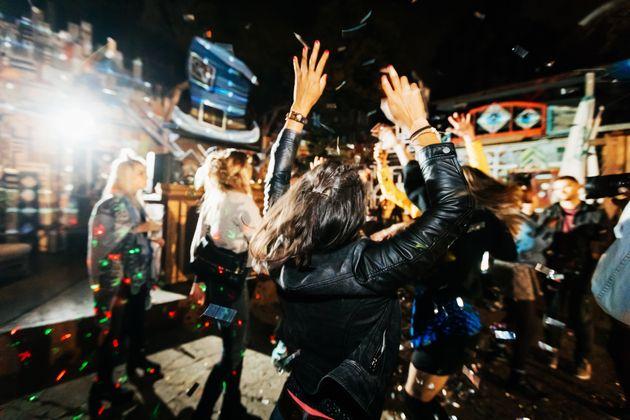 Grund zum Feiern? Die junge Generation blickt optimistischer in die Zukunft als die Älteren.