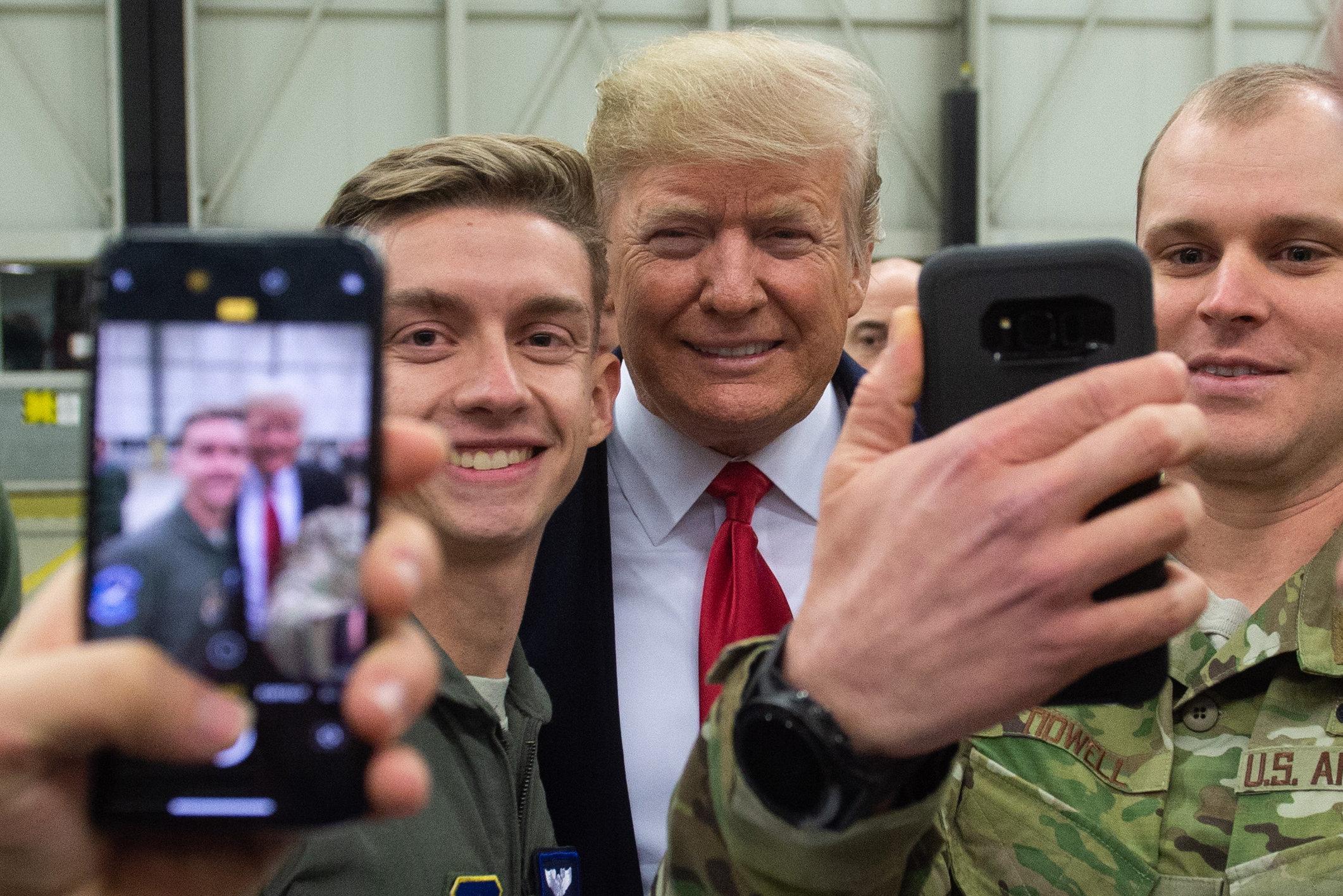 트럼프가 이라크 미군기지를 깜짝 방문해서 한