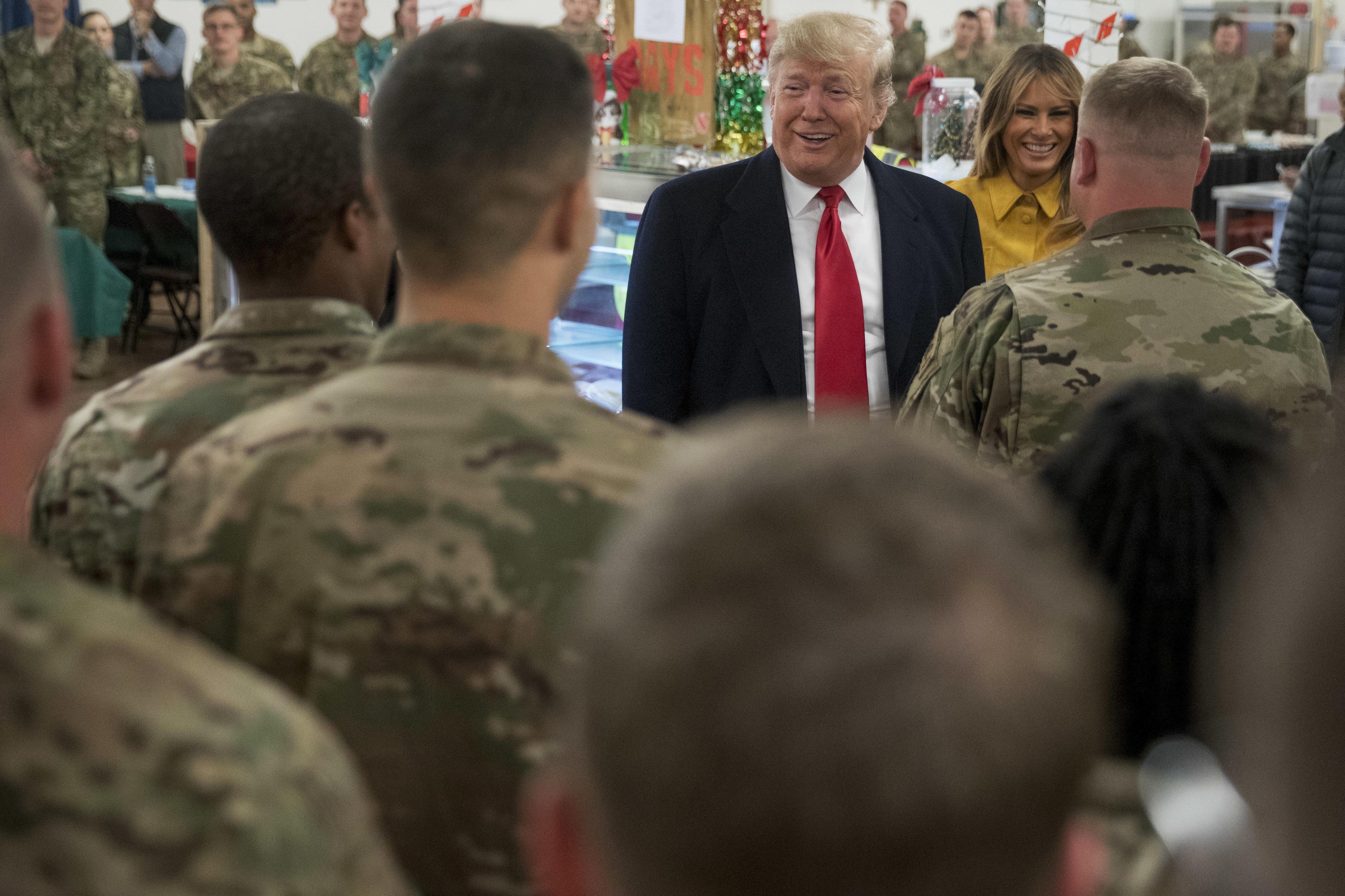 Χριστουγεννιάτικη επίσκεψη- έκπληξη του Τραμπ στα αμερικανικά στρατεύματα στο