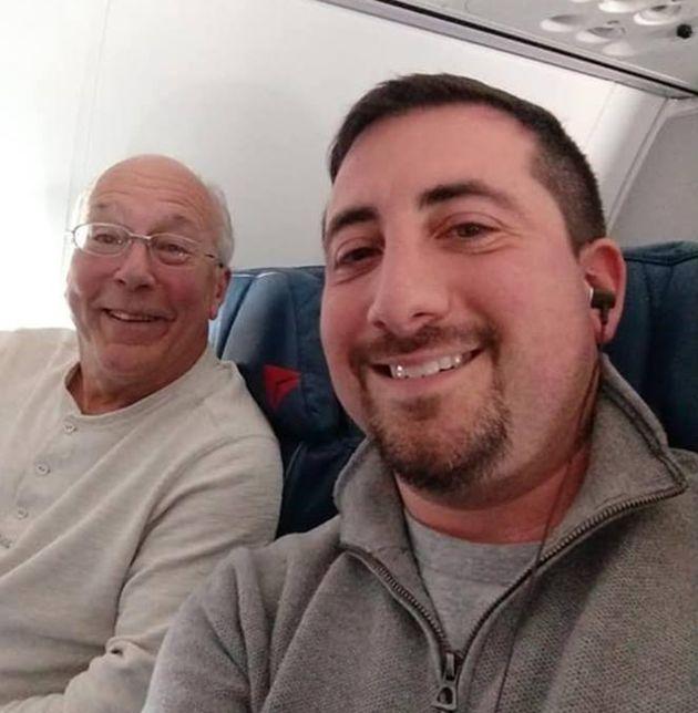 Hal Vaugh (links) verbrachte die Weihnachtsfeiertage bei seiner Tochter im Flugzeug, weil diese als Stewardess arbeiten musste.