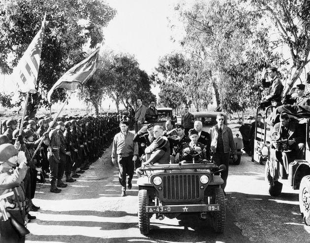 Le 30 janvier 1943, à Casablanca, le président Franklin D. Roosevelt passe en revue les...
