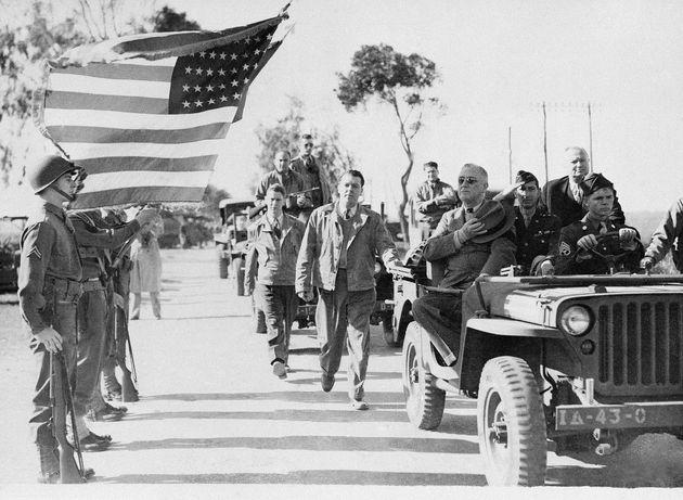 Le président américain Franklin D. Roosevelt, accompagné d'officiers de l'armée...