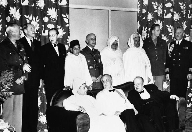 Le sultan du Maroc, Mohammed V, assis aux côtés de ses hôtes, le président...