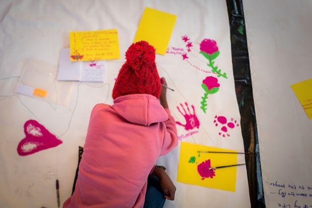 2018년 6월 루스테버그에서 열린 몸 지도 그리기(Body Mapping) 워크숍에서 성폭력 생존자가 그림을 그리고