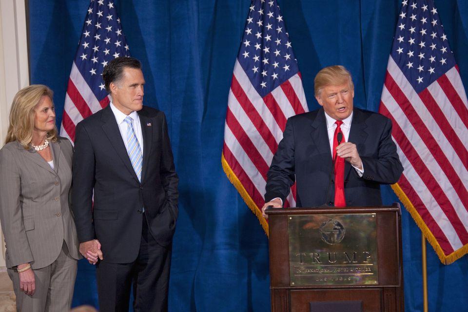 라스베가스 트럼프 인터내셔널 호텔에 마련된 연단에서 2012년 미국 공화당 대선후보 밋 롬니(가운데) 지지연설을 하고 있는 도널드 트럼프. 2012년 2월2일.당시 공화당...